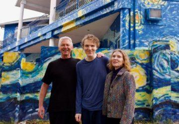 Van Goghova Hviezdna noc môže ostať na dome. Synovi-autistovi má pomôcť nájsť cestu späť