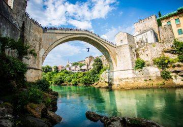 V Mostare si ctia stáročia dlhú tradíciu skákania z mosta. Konal sa už 452. ročník