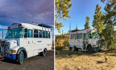 Dvojica si kúpila starý autobus. Zrekonštruovala ho na mobilné solárne bývanie a teraz s ním spoznáva svet