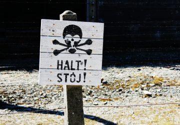 Turisti sa pokúšali ukradnúť tehly z koncentračného tábora!