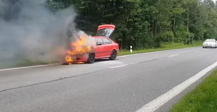 VIDEO: Vodič ignoroval kontrolky i netypické zvuky motora! Auto začalo horieť priamo na ceste
