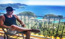 Ján Koleník si užíva v Grécku. Neuveríte, s ktorou známou tvárou dovolenkuje