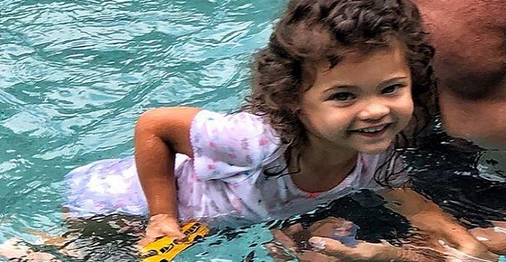 Známy celebritný otecko si užíval v bazéne s malou dcérkou. Tá mu dala kompliment, ktorý ho poriadne pobavil