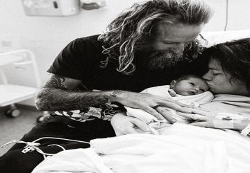 Blogerka po pôrode zverejnila kontroverznú fotografiu: Takto sa správa čerstvá mamička?