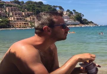 Chystáte sa na dovolenku? Števo Martinovič vás varuje pred tým, aké typy ľudí stretnete na pláži