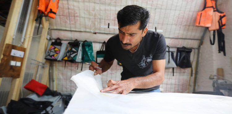 Berlínsky projekt upcykluje utečenecké člny a vyrába z nich tašky