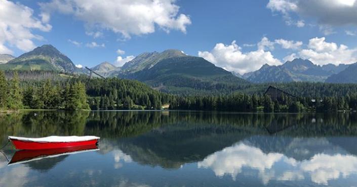 Štrbské pleso láka novinkou: Člnkovať sa tu môžete na loďke so skleneným dnom, cez ktoré vidno podvodný svet v plnej kráse