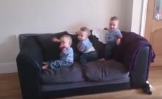VIDEO: Trojičky očakávajú príchod svojho otecka. Takto rozkošne naňho reagujú