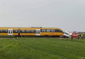 Hrôzostrašná nehoda: Vlak sa zrazil s dodávkou – tlačil ju niekoľko metrov pred sebou, zostala zdemolovaná na šrot!