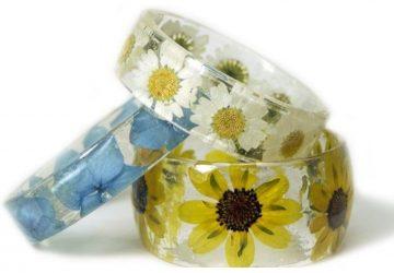 Kúsok prírody stále so sebou: Sarah Smithová ručne vyrába náramky zo živice, ktoré sú plné kvetov a stromov. Chceme ich všetky!