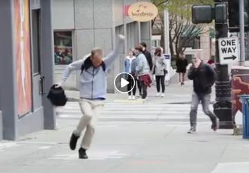 VIDEO: Obyčajná detská hra rozveselila tisícky ľudí! Pestujme si v sebe úprimnú detskú radosť, vyplatí sa to!