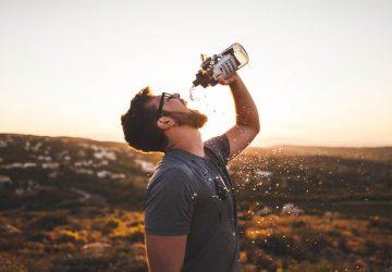 Nezabúdajte na pitný režim – najmä obyčajnú vodu! Inak vám hrozí bolesť hlavy, únava, ale aj priberanie