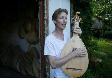 Z Ameriky späť na Ukrajinu: Muž sa snaží o zachovanie takmer zaniknutej tradície – spievanie lyrických balád a ich sprevádzanie na bandure