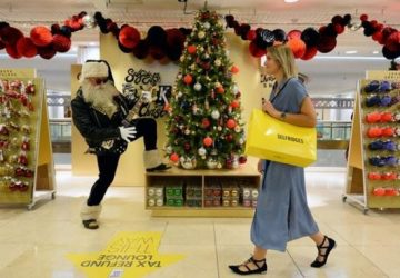 Máte už dosť týchto horúčav? Schlaďte sa v Londýne: Uprostred leta tam otvorili obchod s vianočným sortimentom