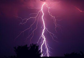 V Maďarsku sú po zásahu bleskom na kúpalisku dvaja ľudia v nemocnici. Čo robiť, keď nás zastihne búrka?