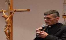 Potetovaný kňaz?! Takto na Michala reagujú slovenskí veriaci a cirkev
