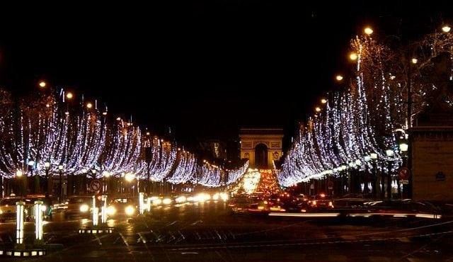 Na jednej z najznámejších francúzskych ulíc už inštalujú vianočné osvetlenie. Champs-Élysées bude svietiť od októbra