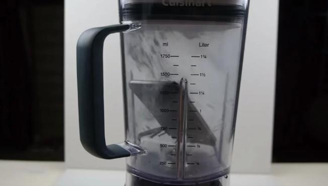 """VIDEO: Šialený youtuber hodil svoj Iphone do mixéra a vytvoril najdrahší """"jabĺčkový"""" džús na svete"""
