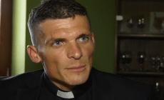 Najprv tetovanie, teraz kniha proti celibátu. Mladý kňaz zo Slovenska otvára témy, o ktorých ostatní mlčia