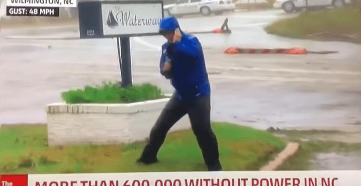 VIDEO: Reportér počas nakrúcania bojoval s hurikánom. Diváci si však všimli detail, z ktorého sa smeje celý svet