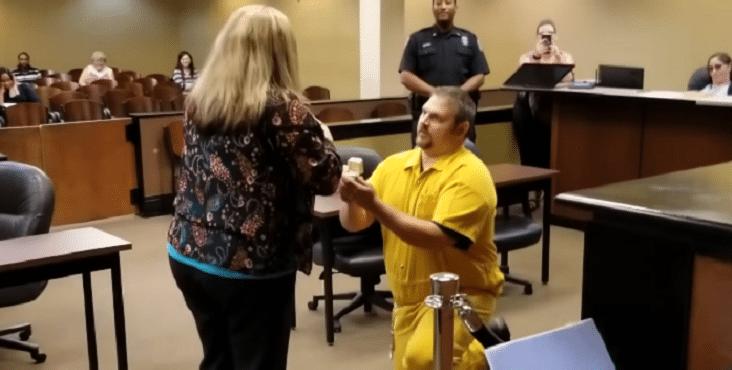 """Žiadosť o ruku v súdnej sieni: """"Som vinný a pripravený na doživotie"""""""