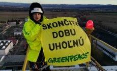 """""""Skončite dobu uhoľnú,"""" vyzývajú aktivisti z Greenpeace-u. Dnes ráno vystúpili na ťažobnú vežu v Novákoch"""