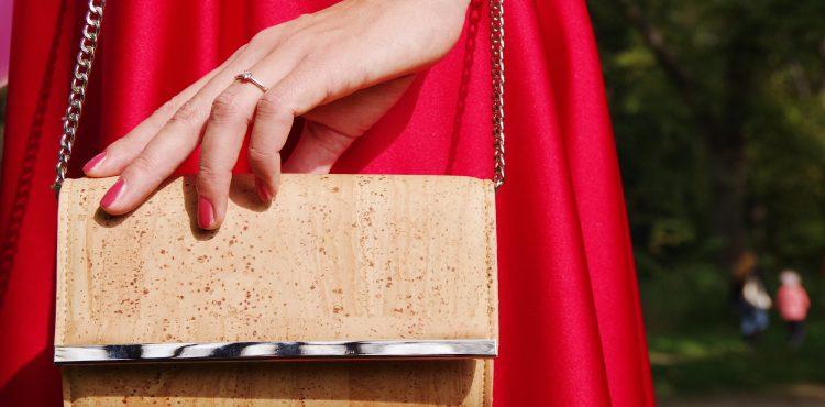 Vedeli ste, že z korku sa nevyrábajú len štuple, ale aj korkové kabelky?