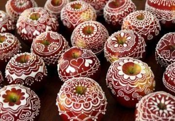 Okrem perníčkov sa dajú zdobiť aj jablká. Vyrobte si chutné vianočné dekorácie