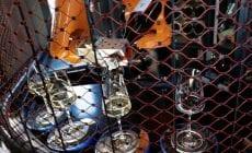 Unikát v Prahe: víno vám naleje tancujúci robot