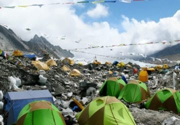 Mount Everest sa premenil na najvyššiu skládku odpadkov na svete