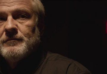 Recenzia filmu Ostrým nožom: Nízkonákladový debut Teodora Kuhna s mrazivým príbehom a Trhlina sú dva neporovnateľné zážitky