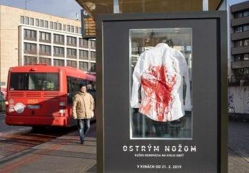 Na Zochovej vBratislave nainštalovali zakrvavenú košeľu smaturantskou stužkou. Čo symbolizuje šokujúca kampaň filmu Ostrým nožom?