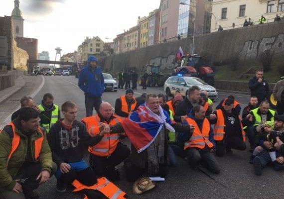 AKTUÁLNE: Farmári zablokovali Most SNP. Protestujú proti tomu, že ich vláda odmietla