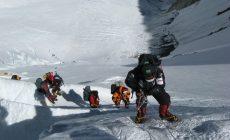 Ľadová prikrývka Mount Everestu sa topí a odhaľuje zamrznuté telá horolezcov. Ich prenos môže stáť až 60 000 eur