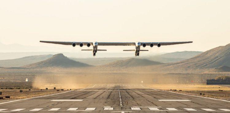 Prvý let najväčšieho lietadla na svete! Lietajúci obor bude vynášať rakety do vesmíru